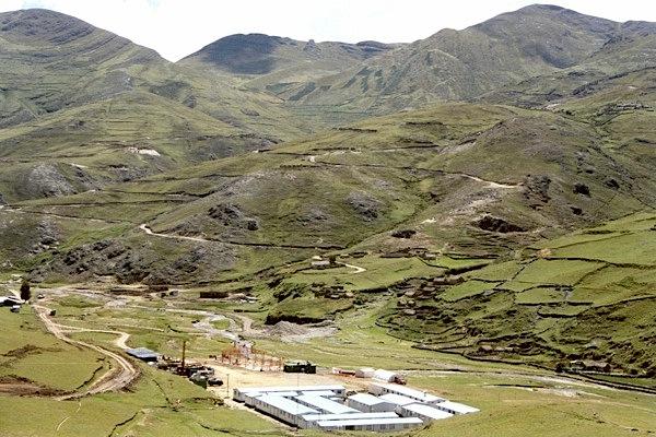 Chinese miners face off over Glencore Xstrata's vast copper mine in Peru
