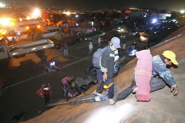 8.2 earthquake rattles Chile's mining hub, ports