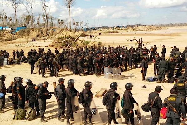 Peruvian police burns down entire illegal gold mine town