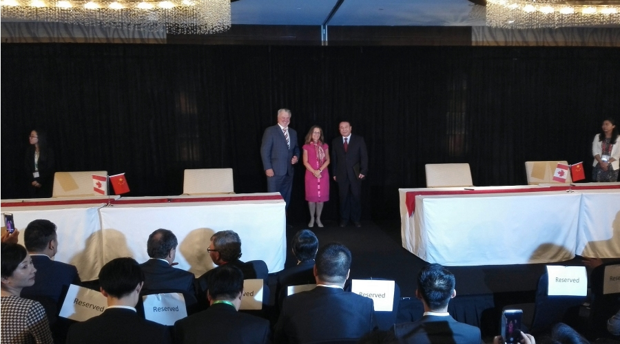 Joe Lombard, Hatch Managing Director for Metals, with Canada's Minister of International Trade, the Honourable Chrystia Freeland, and Mr. Ma Jian Fei, Chairman, Zhongshe at the signing ceremony to establish the Hatch Beijing Environment & Technology Co. Ltd. (CNW Group/HATCH)